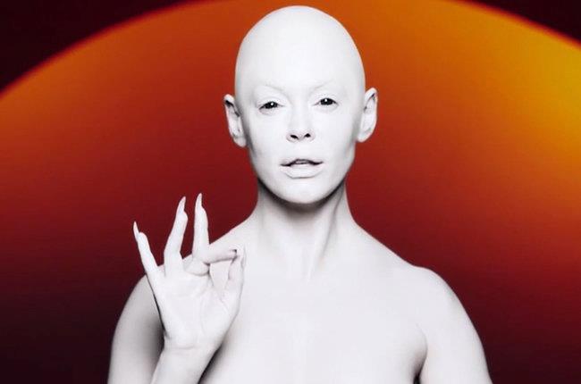 Rose McGowan nel video di RM486
