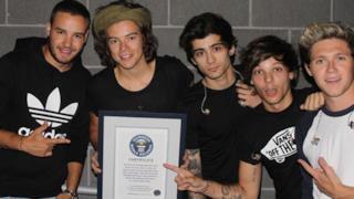 I cinque componenti dei One direction con il certificato del Guinness World Record
