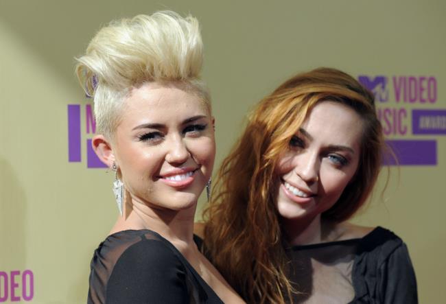 Miley Cyrus con la sorella Brandi Cyrus