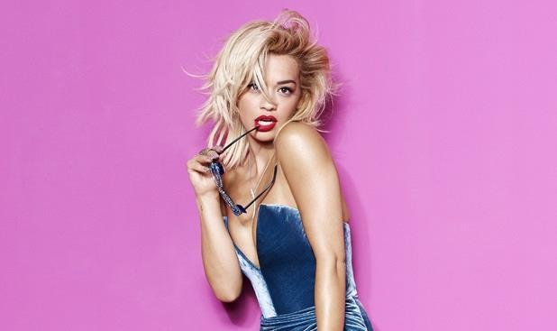 Rita Ora dice con gli occhiali in bocca nello shooting per Cosmopolitan