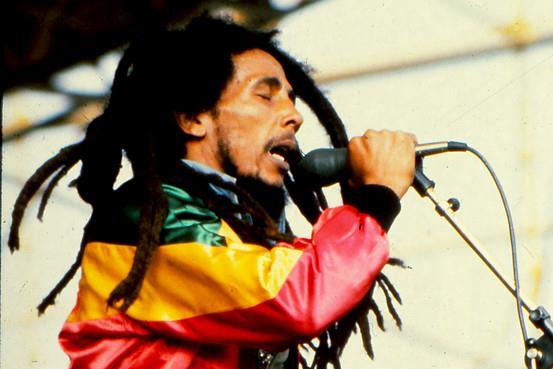 Bob Marley live con la bandiera della Giamaica