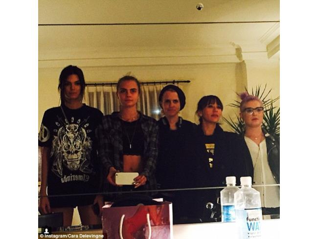Kendall Jenner, Cara Delavigne, Samantha Ronson, Rashida Jones e Kelly Osbourne