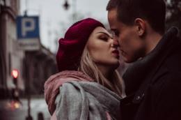 Coppia di amanti in procinto di baciarsi