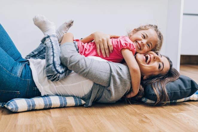 Madre e figlia abbracciate