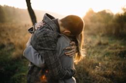 Un uomo e una si abbracciano