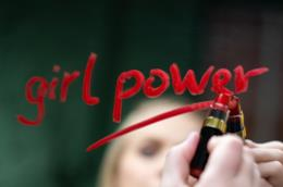 Ragazza scrive Girl Power con il rossetto sullo specchio