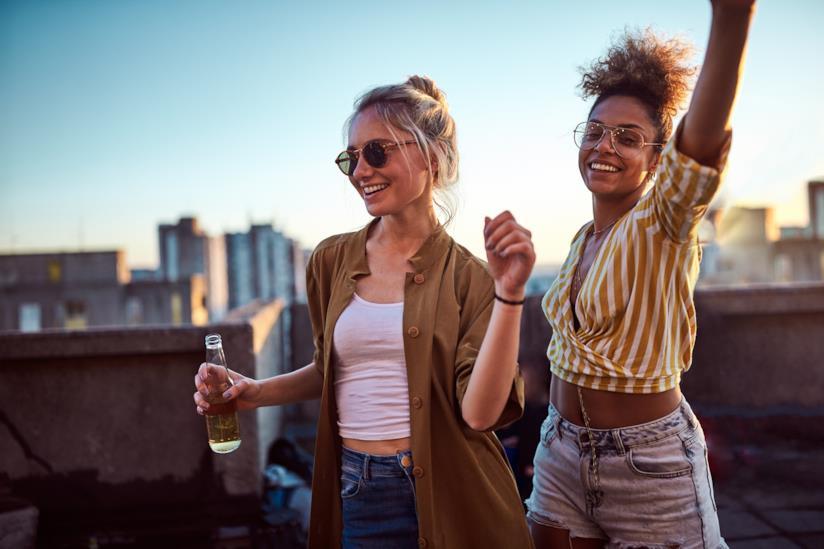 Due ragazze festeggiano l'arrivo del Weekend