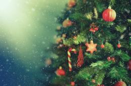 Albero di Natale addobbato con decorazioni rosse