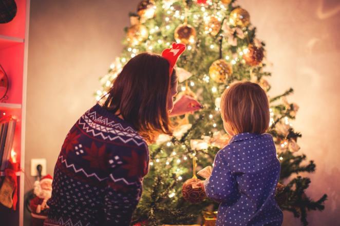 Madre e figlia impegnate a decorare l'albero di Natale