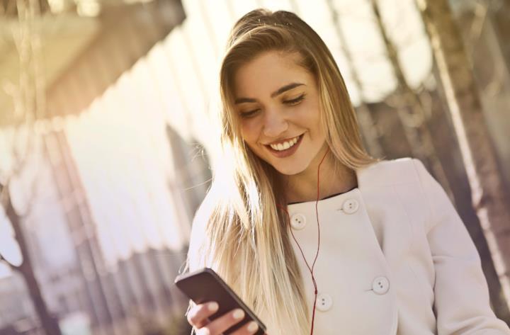 Ragazza guarda lo smartphone tenuto in mano
