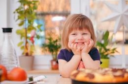 Bambina sorride a tavola