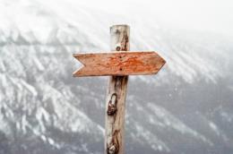 Indicazione in legno in montagna