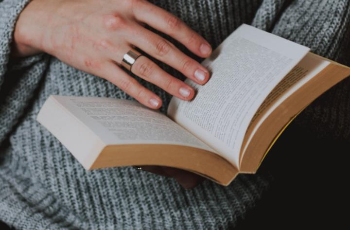 Un libro tra le mani