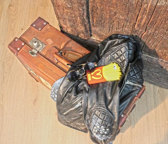Occhiali da sole di ASOS, giacca in pelle Punto Pelle e case di Moschino
