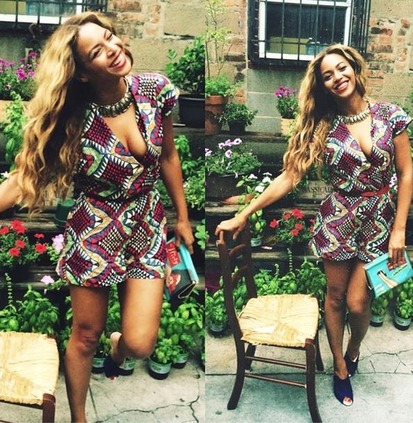 La cantante americana indossa un look con stampe africane
