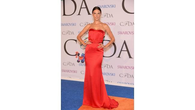 Alessandra Ambrosio ai CFDA fashion awards  2014 in abito rosso