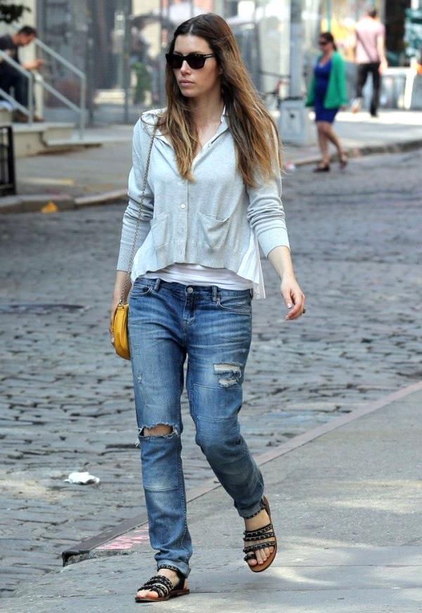 Jessica Biel con pantaloni denim used