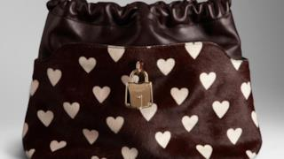San Valentino in stile Burberry con pochette a cuori