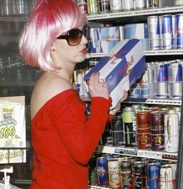 Rihanna nuovo look rosa shocking per l'estate 2014 come Britney Spears