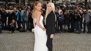 Jennifer Lopez arriva alla sfilata Haute Couture di Versace a Parigi