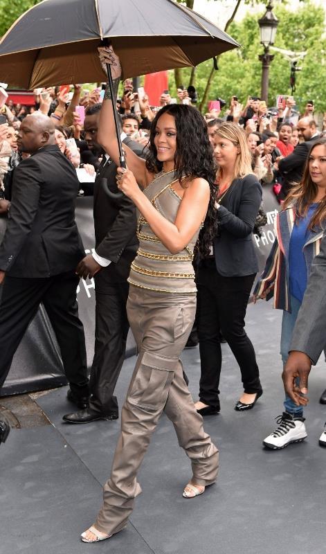 Rihanna in Balmain per la presentazione della sua fragranza Rouge a Parigi