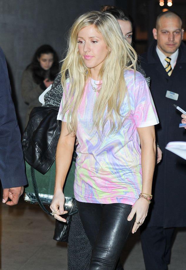 La cantante Ellie Goulding ha un look street style con maglia di Jaded London