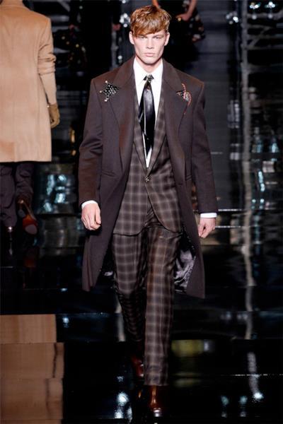 Un uomo chic per Versace collection durante la Milano Fashion Week