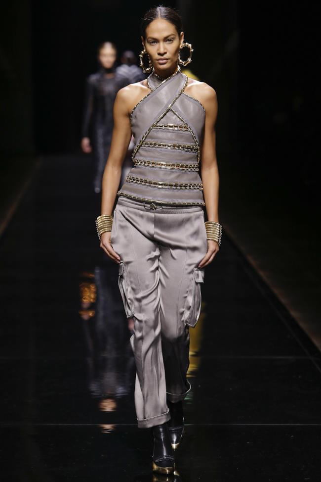 Rihanna indossa il vestito da sfilata di Balmain per il lancio di Rouge