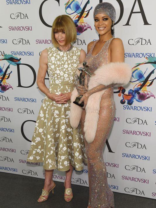 Rihanna vince il premio di Fashion Icon Award e lo ritira insieme ad Anna Wintour