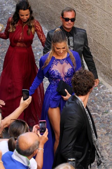 Belen arriva con Simona Miele e Stefano De Martino al matrimonio della Canalis