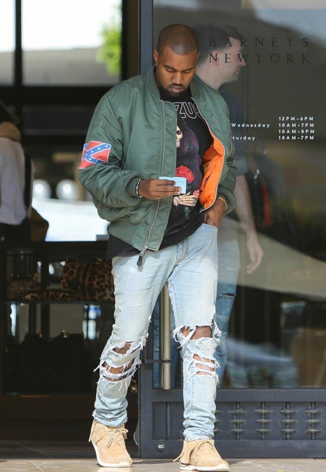 Il cantante Kanye West indossa un jeans con effetto used