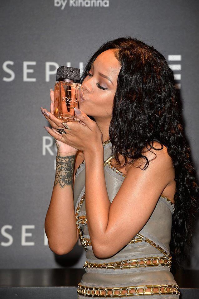 Il look Balmain di Rihanna per la presentazione del profumo Rouge
