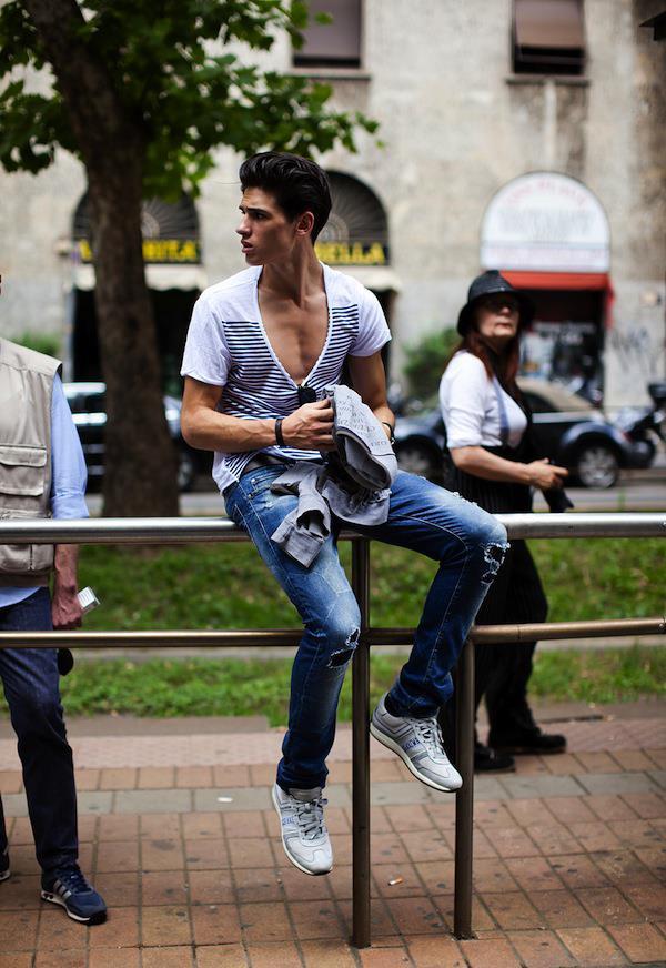 Tendenza jeans effetto used per l'uomo alla moda
