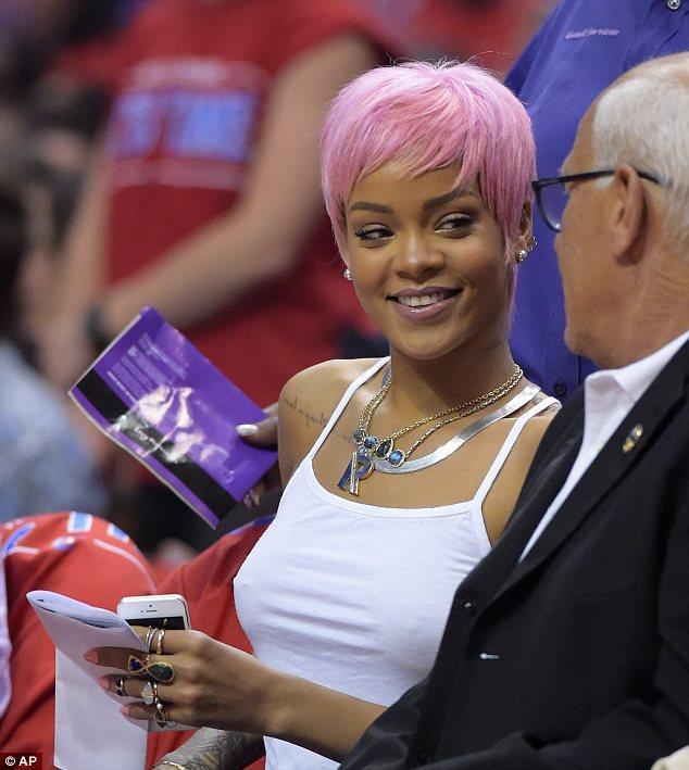 Nuovo look di Rihanna: Il capello è rosa shocking