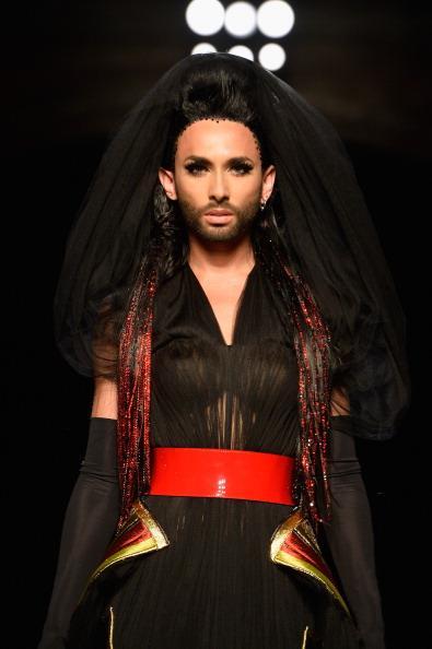 Jean Paul Gautier fa sfilare la cantante transessuale Conchita Wurst