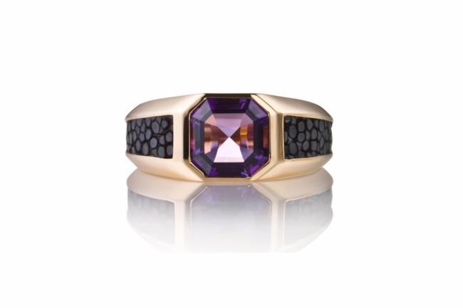 Salvatore Ferragamo confeziona un anello in