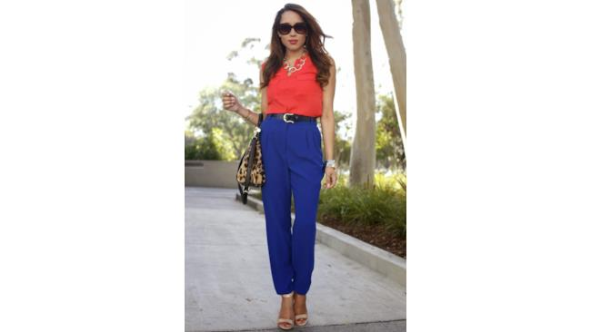 La blogger indossa un look color blocking