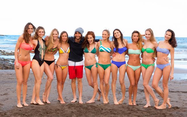 Le 10 ragazze di Ocean Girls con il presentatore Simone Annicchiarico