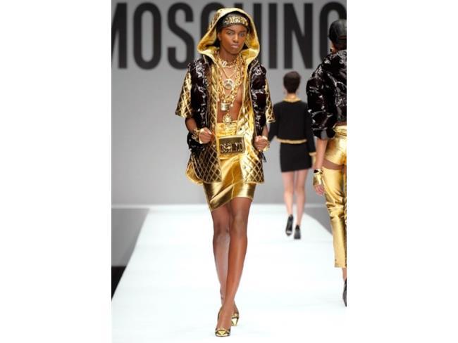 Jeremy Scott punta al gold e allo stile che ha reso Moschino iconico in tutto il mondo