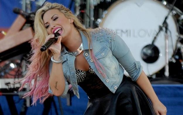 La cantante Demi Lovato opta per un hairstyle splashlight