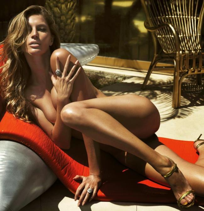 La modella brasiliana Gisele Bundchen veste costumi Balmain sulla rivista Lui