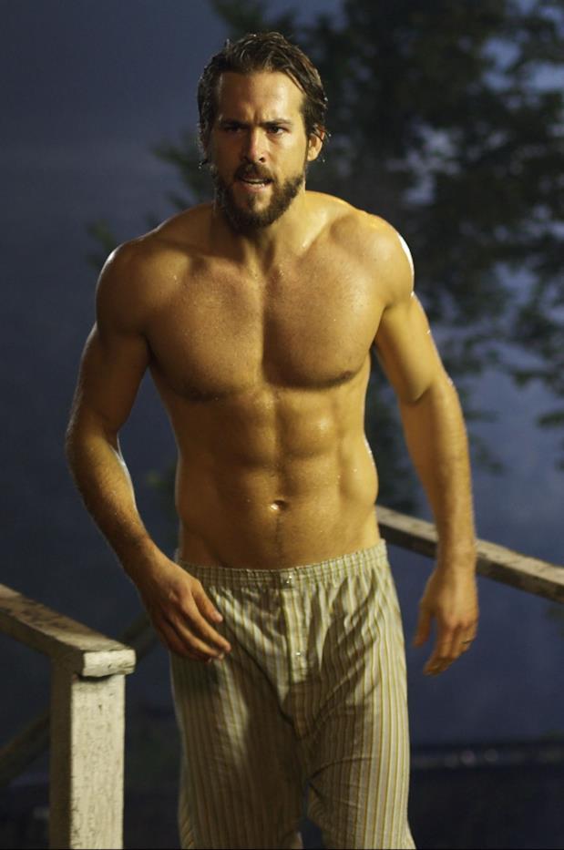 L'attore Ryan Reynolds mostra gli addominali