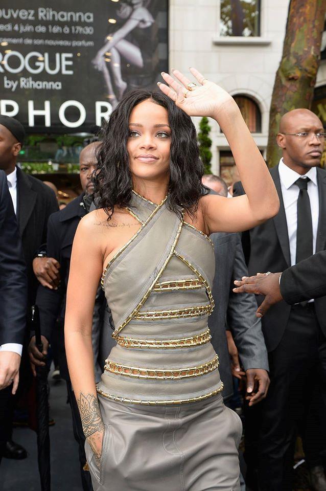 La cantate Rihanna presenta il suo nuovo profumo Rouge con un look di Balmain