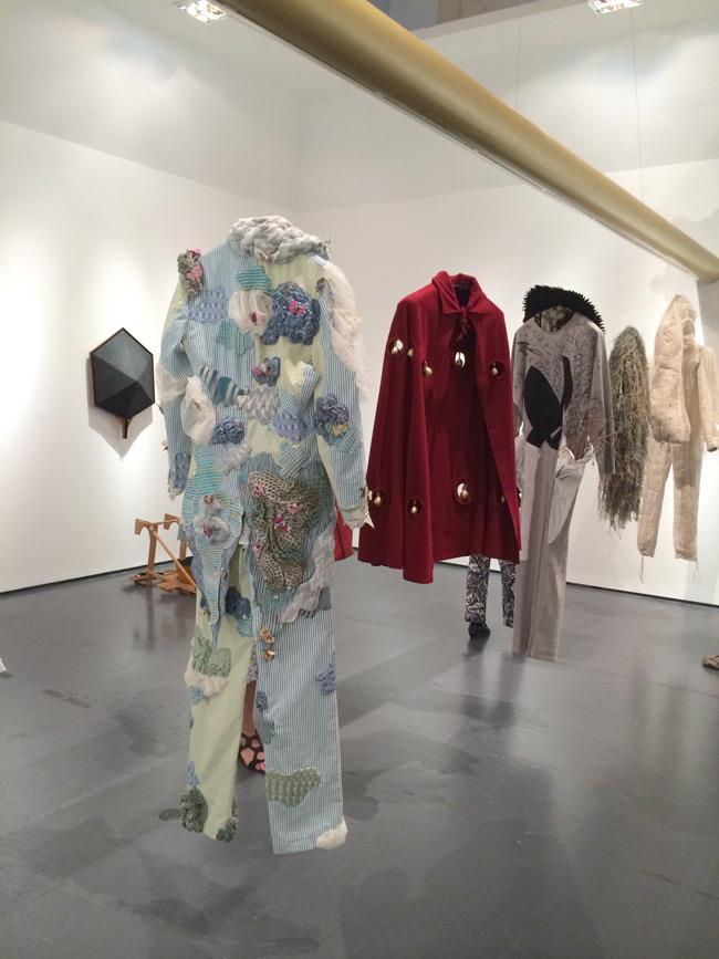 Dettagli sugli abiti che caratterizzano la mostra