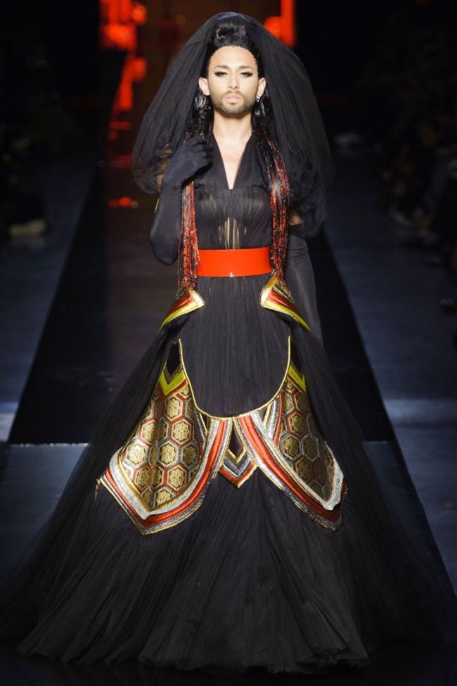 Jean Paul Gautier fa sfilare Conchita Wurst per la settimana haute couture a Parigi