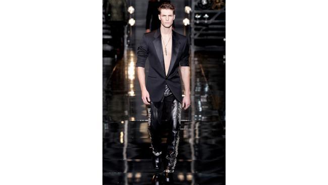 Sfila l'uomo versace in blazer e pantaloni in pelle f/w 2014-15