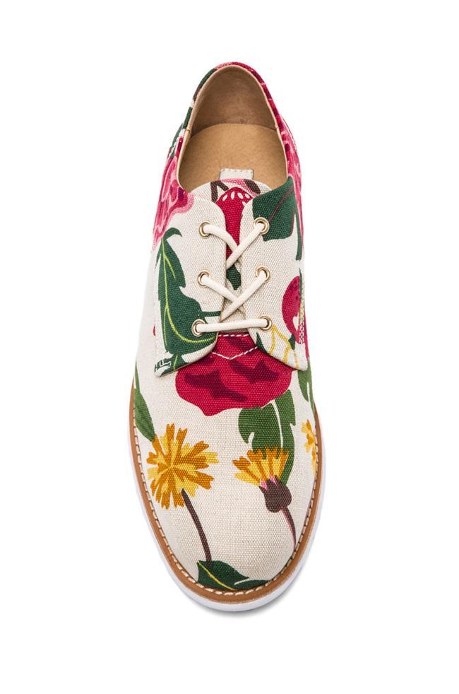 Per la shopping list la scarpa fiorata di GRAM è perfetta