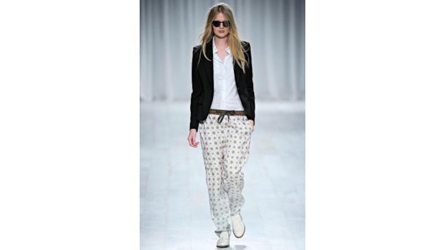 Blazer, camicia, pantalone con stampa etnica e scarpa bianca con baffo. Mannish style