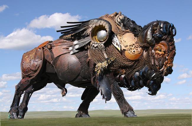 John Legend la bue creato con pezzi metallici di scarto