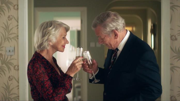 Helen Mirren e Ian McKellen brindano
